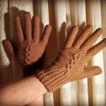 Caldissimi, questi guanti da uomo in Camel disegnati da Ivan Lazzaretti